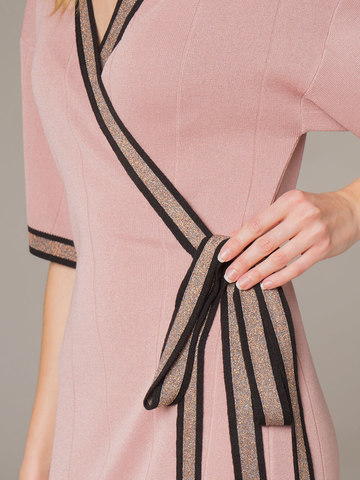 Женское платье розового цвета с запахом - фото 4
