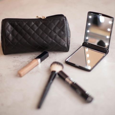 <p>Небольшое складное косметическое зеркало с подсветкой в сложенно...
