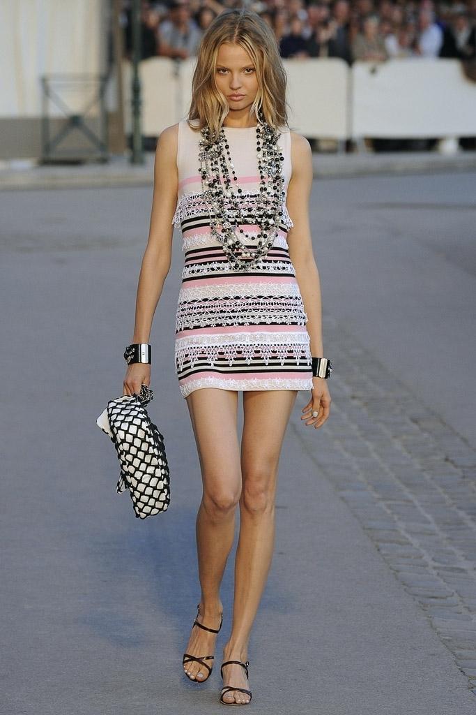 Женственное трикотажное платье из кашемира с отделкой из кружева «макраме» от Chanel, 40 размер.