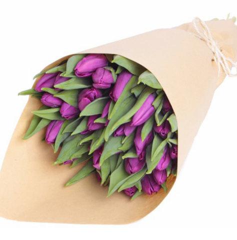 Букет из сиреневых тюльпанов в крафт бумаге