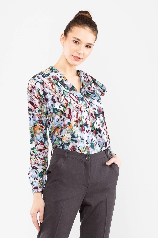 Блуза Г692-760 - Стильная блуза, украшенная абстрактным принтом, станет яркой деталью вашего образа. Модель с v-образным вырезом дополнена узким шарфом-завязкой, позволяющим изменять дизайн по своему усмотрению – завяжите на бант или оставьте концы ниспадающими вниз.