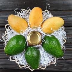 Подарочная корзина большая манго, авокадо, мед липа, 3 кг.