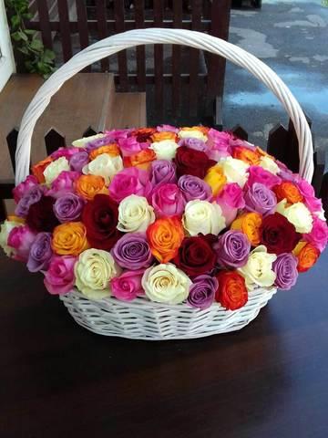 Эффектная настольная корзина из 101 розы