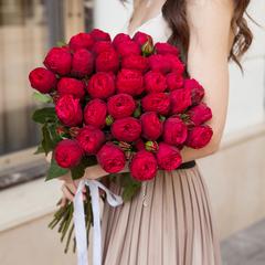 29 красных пионовидных роз 50 см