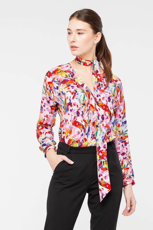 Блуза Г692-778 - Женственная блуза, принт которой напоминает работы художников-экспрессионистов, станет эффектным дополнением любого гардероба. Модель изготовлена из приятной к телу вискозы, эффектным украшением дизайна стал шарф-завязка, позволяющий сформировать очаровательный бант. Модель прекрасно миксуется и с неформальным низом, и с более строгим.