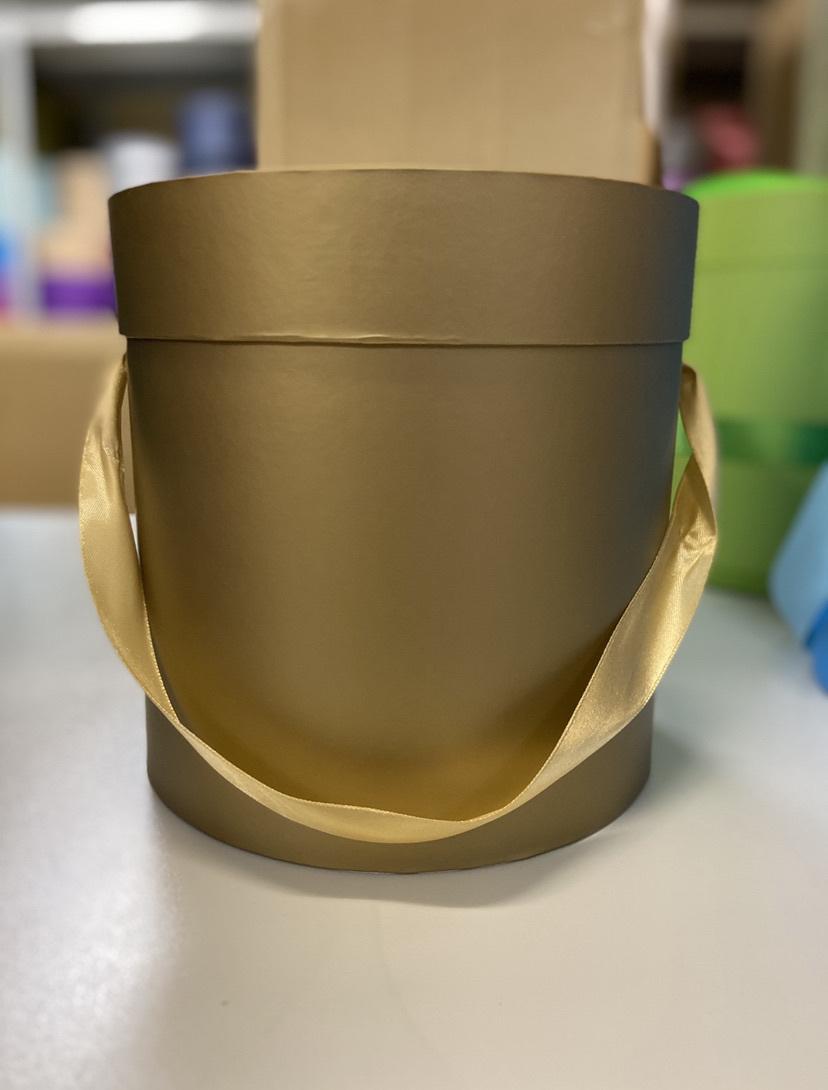 Шляпная коробка эконом вариант 18 см . Цвет: Золотой . Розница 300  рублей .