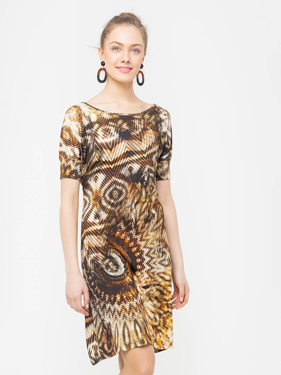Платье З031-219 - Платье модной формы оверсайз с широким округлым вырезом и цельнокроеным рукавом, зауженным к низу на манжет.  На уровне талии, в боковые швы вшиты тонкие шнурки из основной ткани, которые можно завязывать как спереди так и сзади. Приятный к телу трикотаж и расцветка в стиле сафари делают эту модель невероятно комфортной и актуальной. Свободный крой скроет возможные несовершенства фигуры.