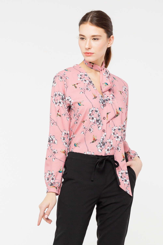 Блуза Г692а-762 - Очаровательная блуза, дополненная длинным шарфом-завязкой – это предмет гардероба, предназначенный не только для офисной жизни, но и для особого случая. Блуза выполнена из приятной смесовой ткани, мало мнется и прекрасно сохраняет аккуратный внешний вид даже при активной носке. Особую привлекательность модели придал цветочный принт, никогда не теряющий актуальности.
