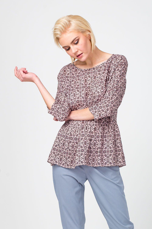 Блуза Г661а-525 - Блуза из вискозы, украшенная мелким принтом – прекрасное дополнение летнего гардероба. Модель с круглым вырезом горловины подчеркивает изящную линию шеи и ключицы. Приталенный силуэт акцентирует внимание на талии. Блуза хорошо дополнит и юбки, и брюки.