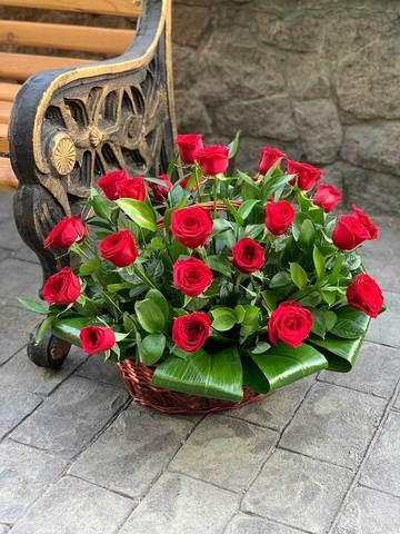 Корзина с 29 розами