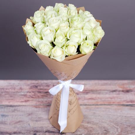 Букет цветов 25 белых роз в крафте