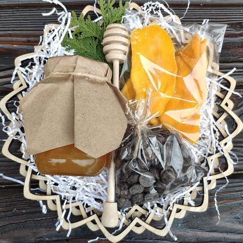 Фотография Подарочная корзина манго, шоколад, мед липа, 420 гр. купить в магазине Афлора