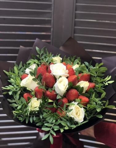 Букет из клубники и роз #11974