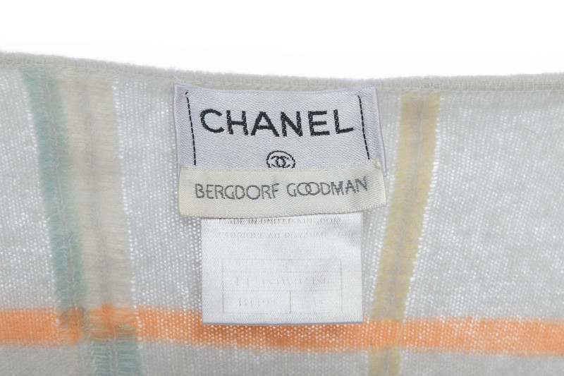 Элегантный кашемировый кардиган в пастельной цветовой гамме от Chanel, 38 размер