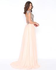 Нежное и струящееся платье в пол, украшенное множеством маленьких бусинок и страз.