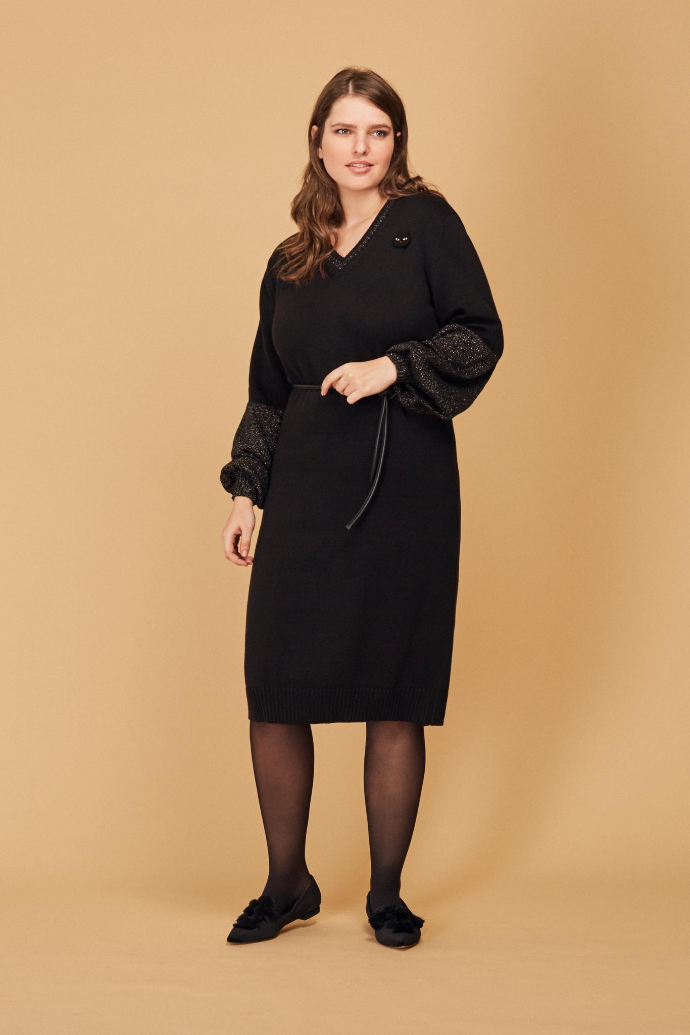 Вязаное платье LE-09 D01 K 01/44Платья<br>Любой цвет хорош, если он – черный: встречайте полуприлегающее вязаное платье с контрастными по фактуре декоративными рукавами и отделкой V-образного выреза. Широкая резинка по низу и манжетам – мягкая ирония, тонкий намек: за строгой элегантностью скрывается тепло и уют любимого свитера. Лучший выбор для новогодних светских раутов! Рост модели на фото 178 см, размер 54 (российский).<br>