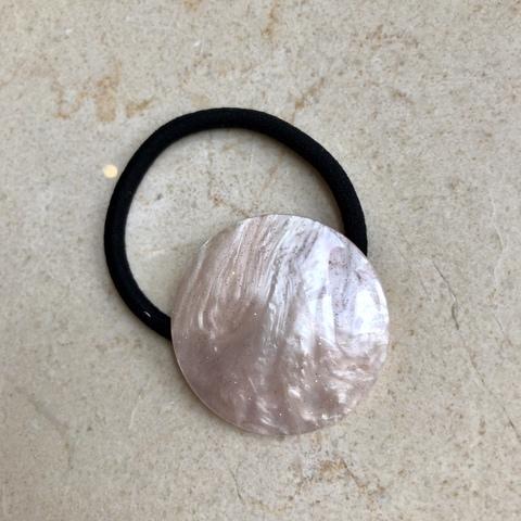 Резинка для волос с диском нежно-розового цвета