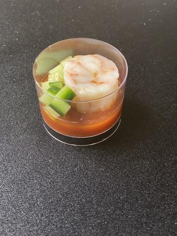 Креветки с томатным соусом и огурцом