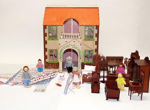 ЯиГрушка Дом с черепичной крышей с полным комплектом мебели и набором кукол