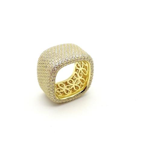 Широкое кольцо из серебра с лимонной позолотой в обсыпке из цирконов
