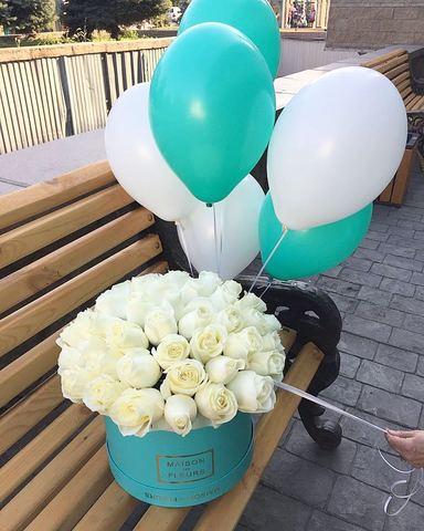 Элитные белые розы в подарочной коробке