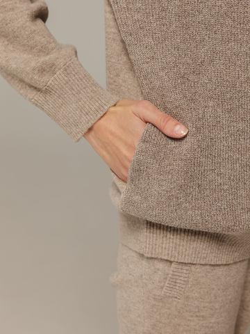 Женский джемпер песочного цвета с капюшоном из шерсти и кашемира - фото 2
