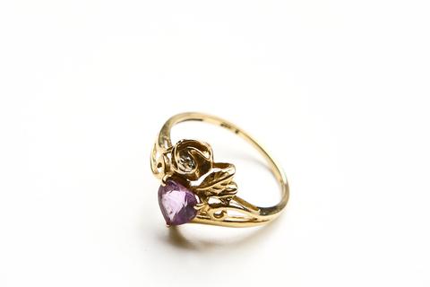 Нежное золотое кольцо с сердечком из аметиста и бриллиантом