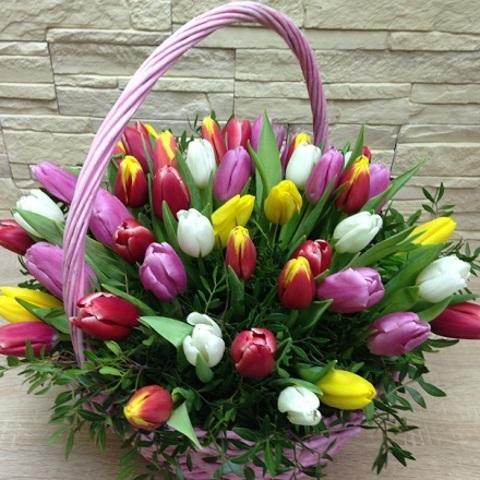 №52. Жизнерадостная корзина с тюльпанами.