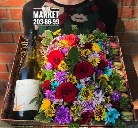 Цветы и macaron ( 10 шт.) + игристое #20621