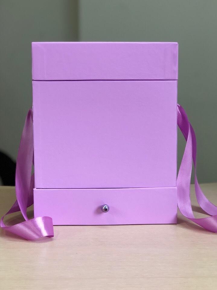 Квадратная коробка с отделением для подарка. Цвет: Светло лиловый . В розницу 450 рублей .