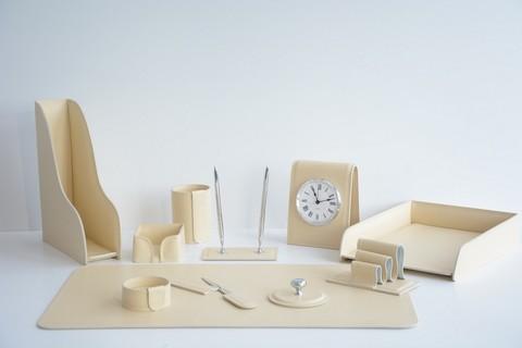 Набор 1823-СТ 11 предметов на стол руководителю из кожи Cuoietto (Италия) на фото цвет слоновая кость.