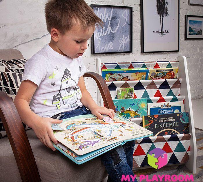 Книжки с окошками - хит у Максима, он наполнил полочку для книг исходя из своих интересов