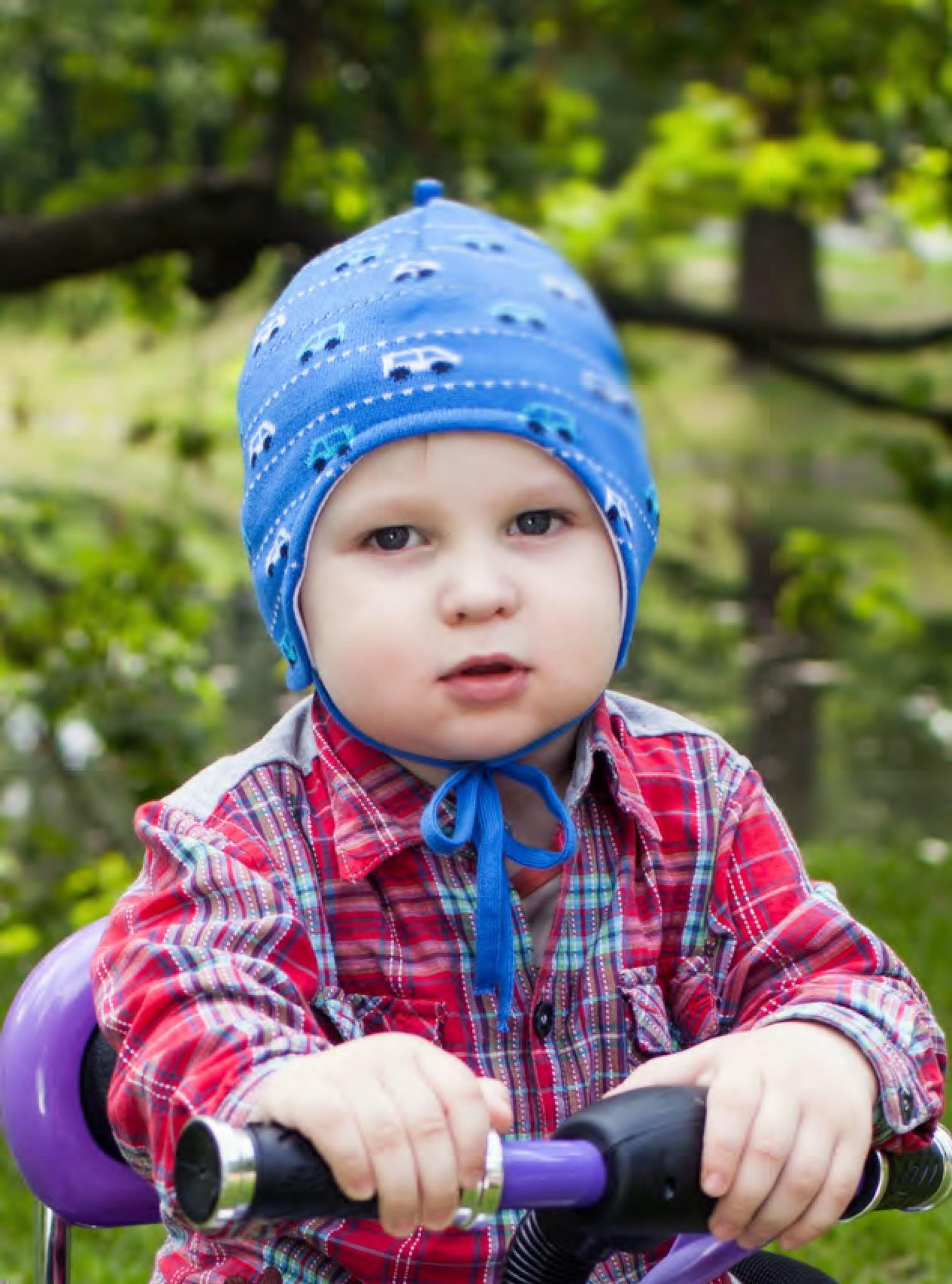 Шапка для мальчика с завязками хорошо облегает голову и закрывает уши.