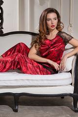 Роскошная пижама женская красная из шелка с розами