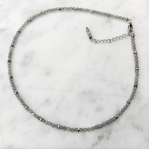 Колье Фрида с серыми бусинками и цепочкой серебряного цвета