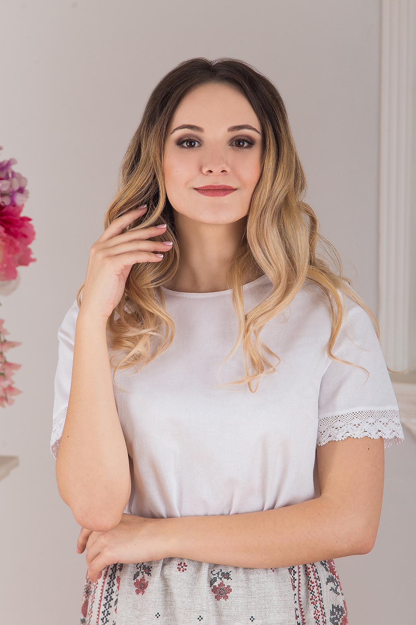 Блуза белая с кружевом приближенный фрагмент