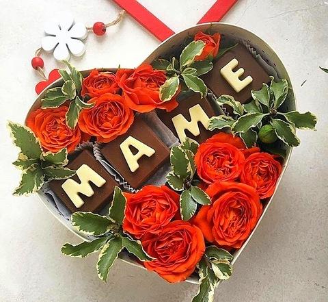 Цветы и шоколадные буквы «Маме» #1682