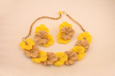 Обворожительный комплект с золотисто-желтыми цветами