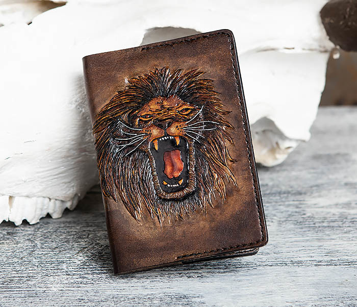 BC162 Обложка для паспорта со львом, ручное тиснение и раскрас фото 01