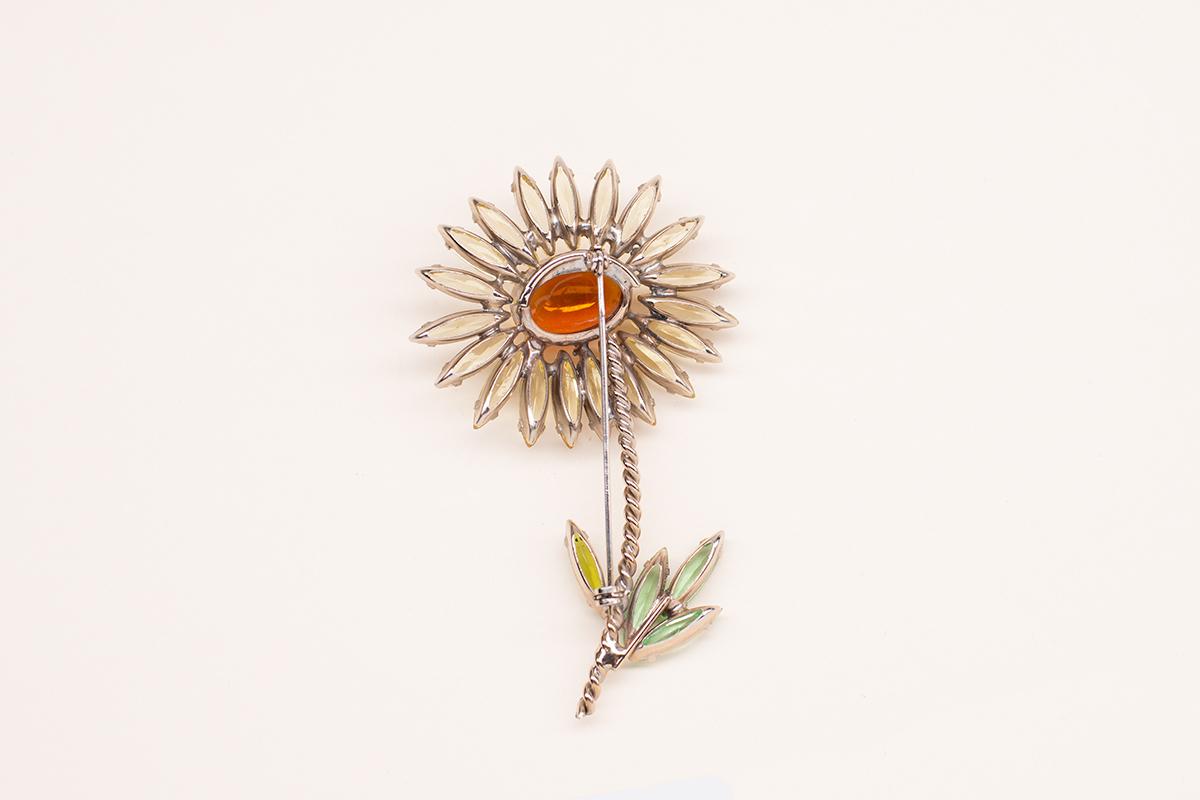 Красивая брошь «Ромашка» от Schreiner.