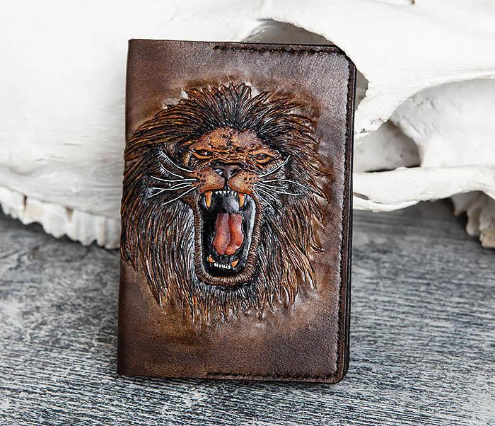 BC162 Обложка для паспорта со львом, ручное тиснение и раскрас фото 02