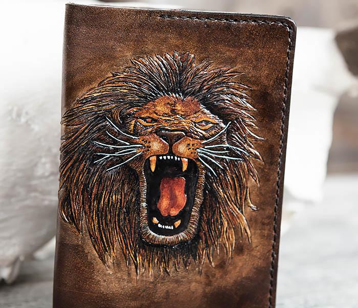 BC162 Обложка для паспорта со львом, ручное тиснение и раскрас фото 04