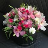Композиция из орхидей и кустовых роз в черной подарочной коробке