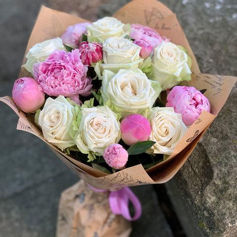 Букет из пионов и роз