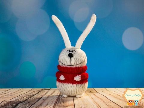 Вязаный белый зайчик в красном свитере