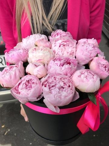 15 розовых пионов в черной коробке