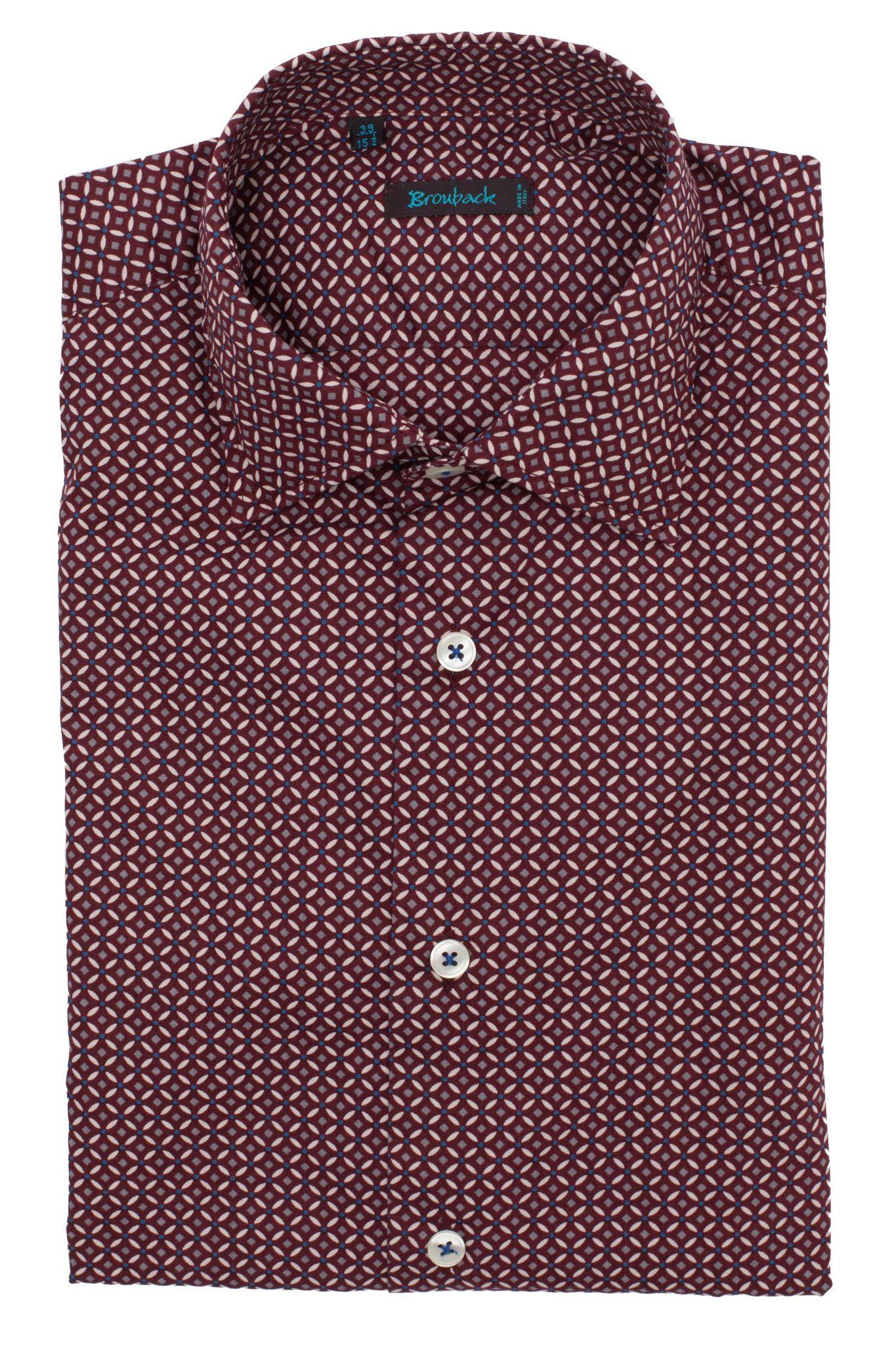 Бордовая рубашка с частым бело-синим геометрическим рисунком