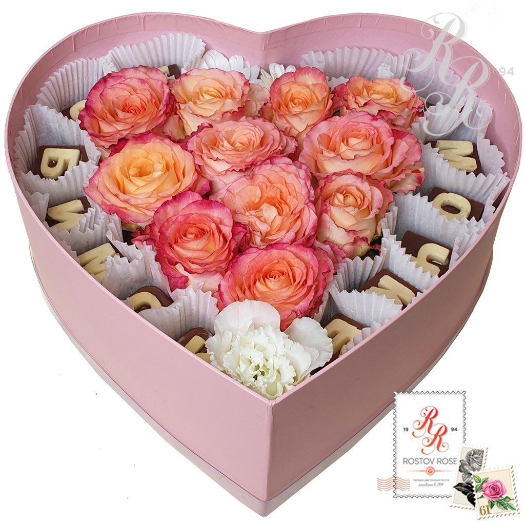 Розовая роза в коробке с шоколадными буквами