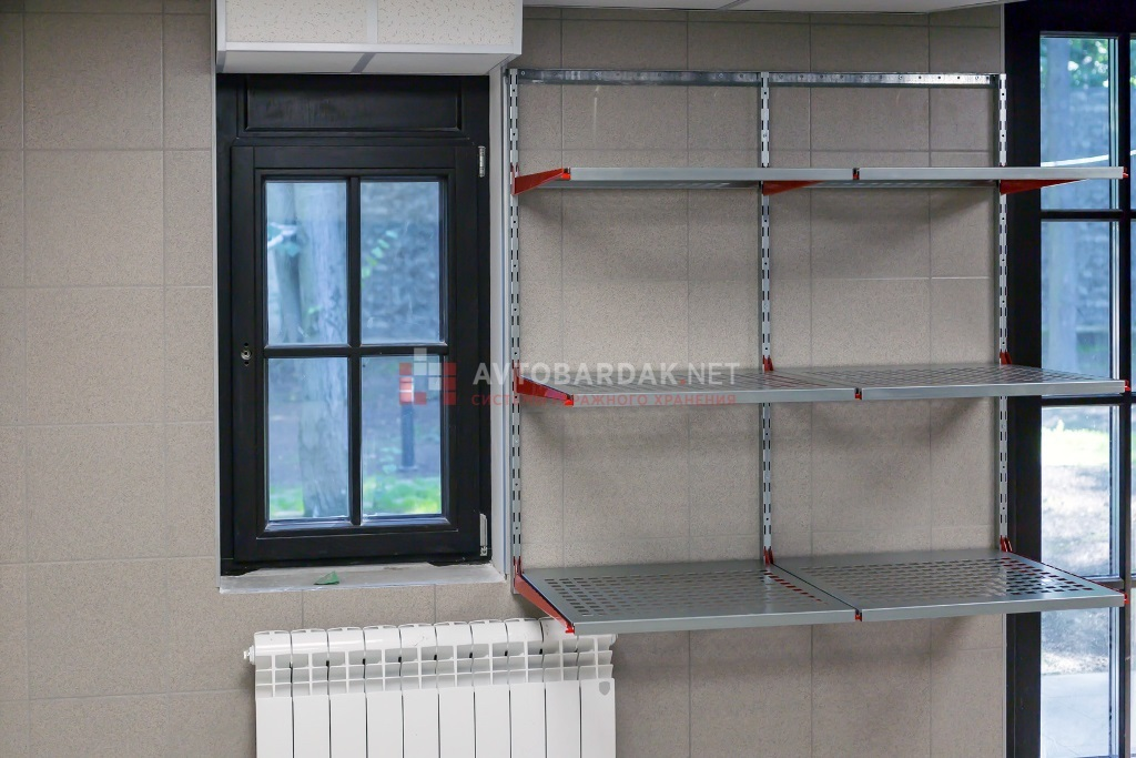 Настенные металлические стеллажи. 1220х1200 мм, 3 ряда полок глубиной 520 мм.