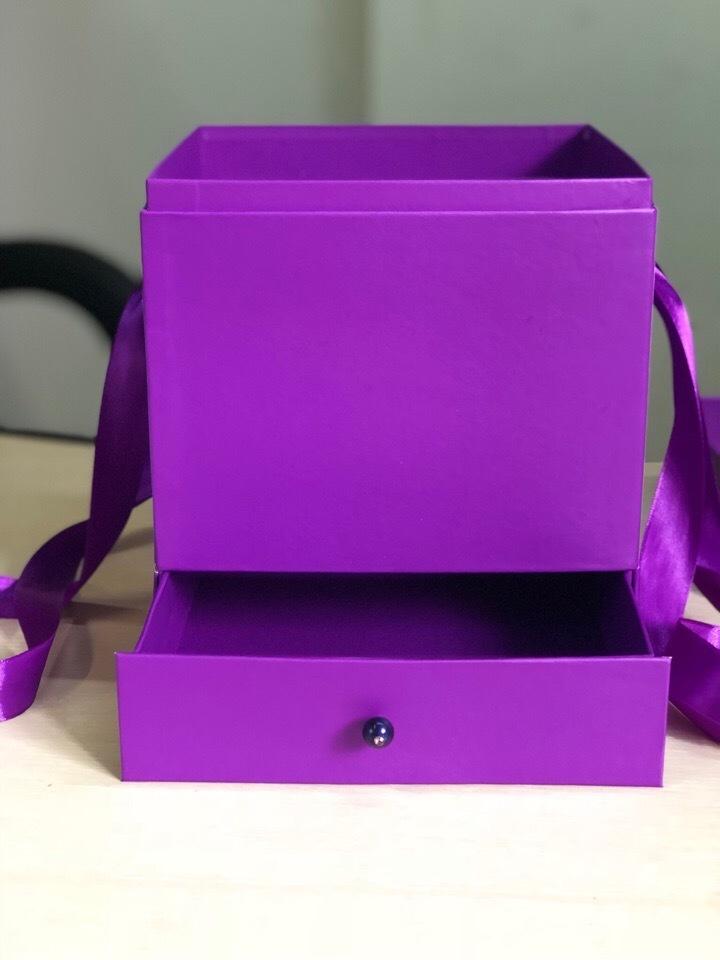 Квадратная коробка с отделением для подарка. Цвет: Фиолетовый . В розницу 450 рублей .